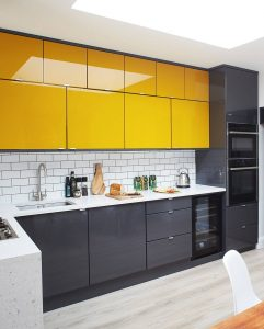 ADD LACQUER CABINETS TO CREATE AWESAME APARTMENT KITCHEN WALL DECORATION