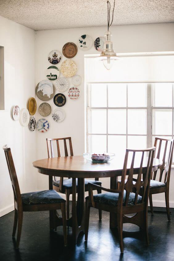 COLORFUL PLATES ON WALL AS APARTMENT KITCHEN DECORATION IDEAS
