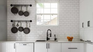 BACKSPLASH TO STORE POTS AND PANS IN A SMALL KITCHEN