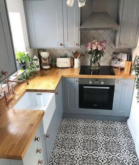 SMALL KITCHEN PATTERNED TILE FLOORING